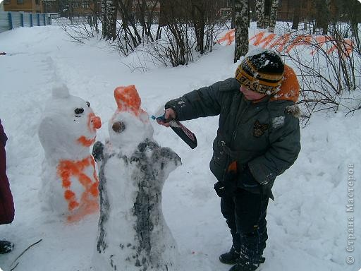 Лепили снежные фигуры и раскрашивали красками фото 3