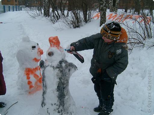 Лепили снежные фигуры и раскрашивали красками фото 7