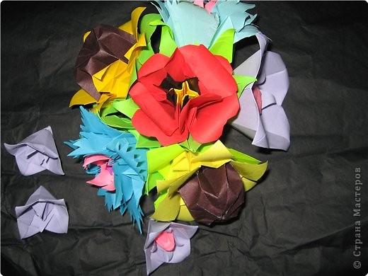 снова мне пришла в голову идея поиздеваться над модулем лилии. некоторые помнят первый эксперемент-мак. теперь это василек. проделываем все как  в маке, только (из синей бумаги :)) вырезаем на лепестке зазубринки.  фото 2
