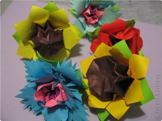 снова мне пришла в голову идея поиздеваться над модулем лилии. некоторые помнят первый эксперемент-мак. теперь это василек. проделываем все как  в маке, только (из синей бумаги :)) вырезаем на лепестке зазубринки.  фото 3