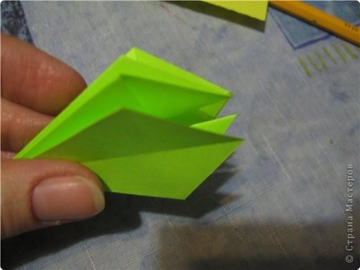 снова мне пришла в голову идея поиздеваться над модулем лилии. некоторые помнят первый эксперемент-мак. теперь это василек. проделываем все как  в маке, только (из синей бумаги :)) вырезаем на лепестке зазубринки.  фото 4