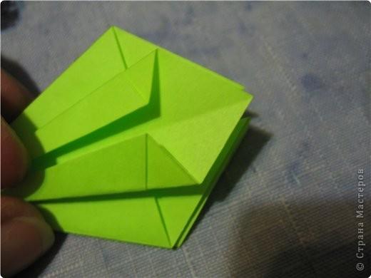 снова мне пришла в голову идея поиздеваться над модулем лилии. некоторые помнят первый эксперемент-мак. теперь это василек. проделываем все как  в маке, только (из синей бумаги :)) вырезаем на лепестке зазубринки.  фото 5