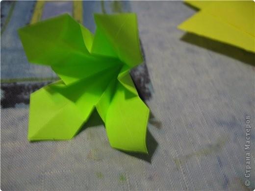 снова мне пришла в голову идея поиздеваться над модулем лилии. некоторые помнят первый эксперемент-мак. теперь это василек. проделываем все как  в маке, только (из синей бумаги :)) вырезаем на лепестке зазубринки.  фото 7