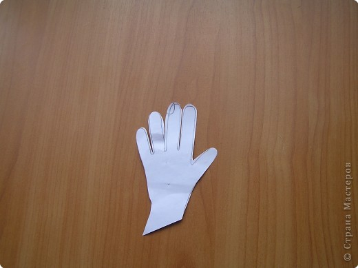 нарисуйте ладонь такого размера,как вам нужно,вырежите ее, пальцы прорежьте ,если хотите просто ладошку,то пусть будет варежкой. фото 1