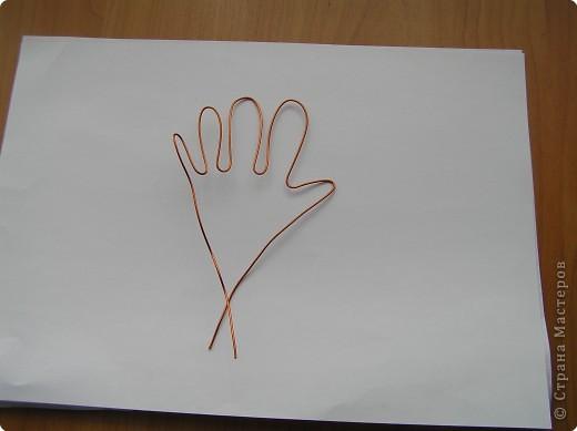 нарисуйте ладонь такого размера,как вам нужно,вырежите ее, пальцы прорежьте ,если хотите просто ладошку,то пусть будет варежкой. фото 2