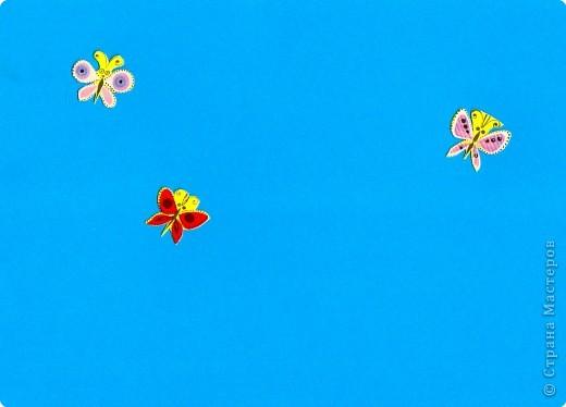 Третий год жизни ребенка. Знакомим ребенка с новым для него видом изобразительной деятельности с элементами плоской мозаики. Первые силуэты отдельных предметов должны быть несложные. Желательно ярких расцветок.  На первом (очень важном) этапе разыгрываем несложные сюжеты, в основе котовых потешки, песенки или сказки. Ребенок осваиваtт пространство листа, учится только размещать предметы (не наклеивать): по всему листу, в верхней, в нижней части.  Лист нежелательно брать белого цвета. фото 15