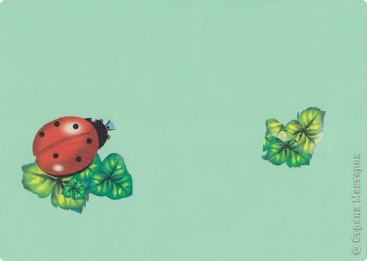 Третий год жизни ребенка. Знакомим ребенка с новым для него видом изобразительной деятельности с элементами плоской мозаики. Первые силуэты отдельных предметов должны быть несложные. Желательно ярких расцветок.  На первом (очень важном) этапе разыгрываем несложные сюжеты, в основе котовых потешки, песенки или сказки. Ребенок осваиваtт пространство листа, учится только размещать предметы (не наклеивать): по всему листу, в верхней, в нижней части.  Лист нежелательно брать белого цвета. фото 9