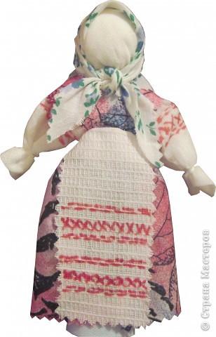 Я хочу познакомить вас с русской традиционной куклой-закруткой. Раньше в каждом крестьянском доме было много таких кукол. Это была самая распространенная игрушка. Считалось, что они приносили удачу и богатство, сулили богатый урожай и были символами продолжения рода. Красивая кукла, с любовью сделанная своими руками, была гордостью девочки и ее верной подругой. Главной особенностью этой куклы является то, что делают ее без иголки. фото 1