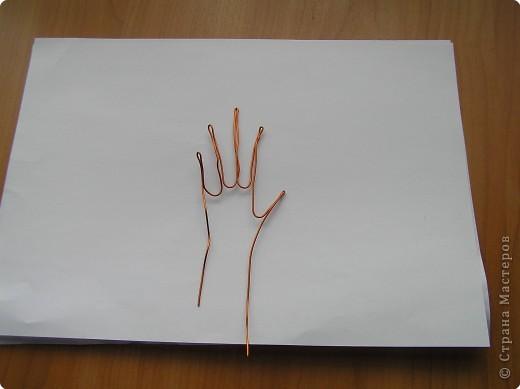 нарисуйте ладонь такого размера,как вам нужно,вырежите ее, пальцы прорежьте ,если хотите просто ладошку,то пусть будет варежкой. фото 3