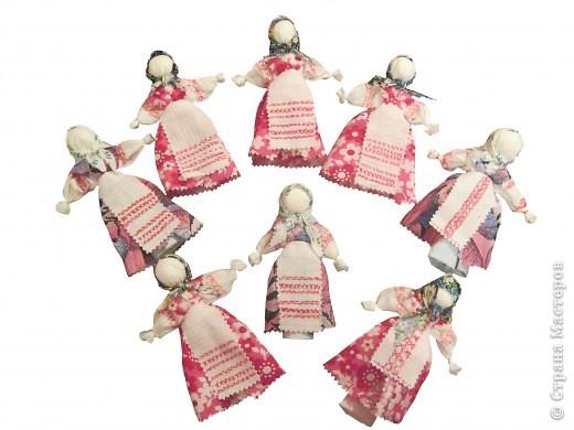 Я хочу познакомить вас с русской традиционной куклой-закруткой. Раньше в каждом крестьянском доме было много таких кукол. Это была самая распространенная игрушка. Считалось, что они приносили удачу и богатство, сулили богатый урожай и были символами продолжения рода. Красивая кукла, с любовью сделанная своими руками, была гордостью девочки и ее верной подругой. Главной особенностью этой куклы является то, что делают ее без иголки. фото 17