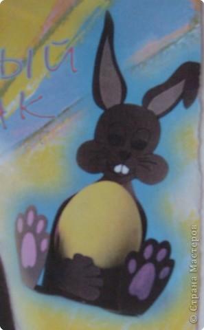 Давно лежит вырезка из какого-то журнала. Этого пасхального зайца делают из двухстороннего цветного картона, оформляют цветной бумагой.Смотрится очень симпатично! фото 1