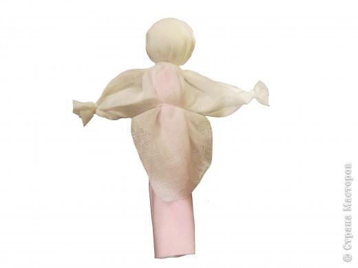 Я хочу познакомить вас с русской традиционной куклой-закруткой. Раньше в каждом крестьянском доме было много таких кукол. Это была самая распространенная игрушка. Считалось, что они приносили удачу и богатство, сулили богатый урожай и были символами продолжения рода. Красивая кукла, с любовью сделанная своими руками, была гордостью девочки и ее верной подругой. Главной особенностью этой куклы является то, что делают ее без иголки. фото 12