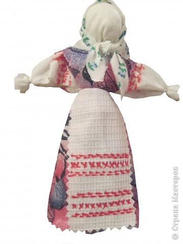 Я хочу познакомить вас с русской традиционной куклой-закруткой. Раньше в каждом крестьянском доме было много таких кукол. Это была самая распространенная игрушка. Считалось, что они приносили удачу и богатство, сулили богатый урожай и были символами продолжения рода. Красивая кукла, с любовью сделанная своими руками, была гордостью девочки и ее верной подругой. Главной особенностью этой куклы является то, что делают ее без иголки. фото 16