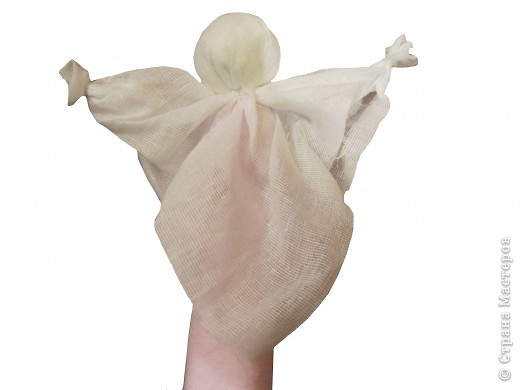 Я хочу познакомить вас с русской традиционной куклой-закруткой. Раньше в каждом крестьянском доме было много таких кукол. Это была самая распространенная игрушка. Считалось, что они приносили удачу и богатство, сулили богатый урожай и были символами продолжения рода. Красивая кукла, с любовью сделанная своими руками, была гордостью девочки и ее верной подругой. Главной особенностью этой куклы является то, что делают ее без иголки. фото 11