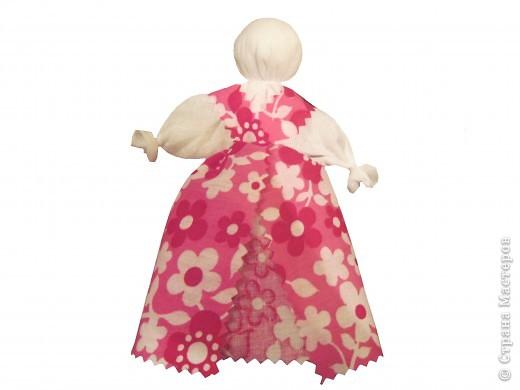 Я хочу познакомить вас с русской традиционной куклой-закруткой. Раньше в каждом крестьянском доме было много таких кукол. Это была самая распространенная игрушка. Считалось, что они приносили удачу и богатство, сулили богатый урожай и были символами продолжения рода. Красивая кукла, с любовью сделанная своими руками, была гордостью девочки и ее верной подругой. Главной особенностью этой куклы является то, что делают ее без иголки. фото 15