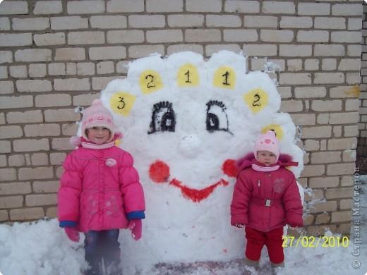 В нашем садике каждый год проходит конкурс на лучшую постройку из снега.Вот что получилось у нас в этом году.Это солнышко для метания.