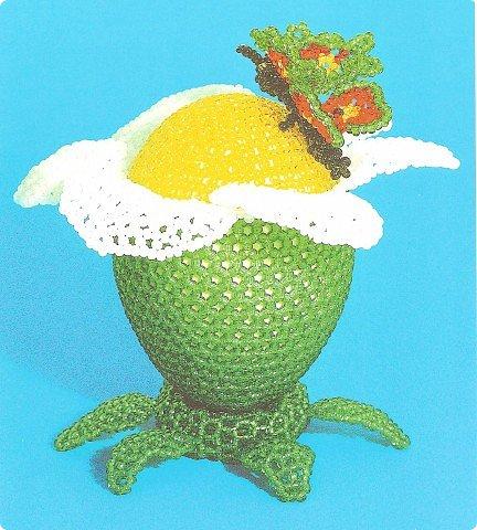 Для работы взять бисер пяти цветов (для оплетения яйца - зеленый и желтый, для плетения лепестков - белый...
