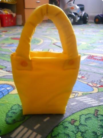 Погода стоит сухая, самое время сыночку покалякть мелом на асфальте. Носили мелочки в коробочке..........порвалась, вот и сшила я для них такую сумочку. фото 1
