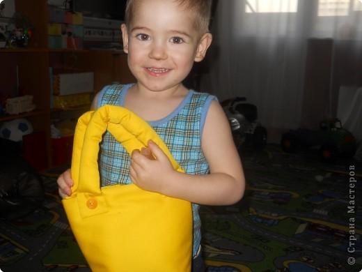 Погода стоит сухая, самое время сыночку покалякть мелом на асфальте. Носили мелочки в коробочке..........порвалась, вот и сшила я для них такую сумочку. фото 2