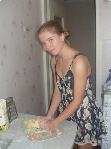 Рецепт корнуэльского пирога моей дочери подсказал друг из Англии. 1. Берем пачку маргарина и натираем его на терке. 2. Тертый маргарин смешиваем с 11 (приблизительно) столовыми ложками муки с горкой, добавляем  немного воды для формирования жирного комка. Готовое тесто в холодильник можно не убирать.  фото 1