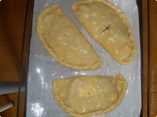 Рецепт корнуэльского пирога моей дочери подсказал друг из Англии. 1. Берем пачку маргарина и натираем его на терке. 2. Тертый маргарин смешиваем с 11 (приблизительно) столовыми ложками муки с горкой, добавляем  немного воды для формирования жирного комка. Готовое тесто в холодильник можно не убирать.  фото 4