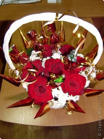 Букет из живых цветов и конфет фото 2