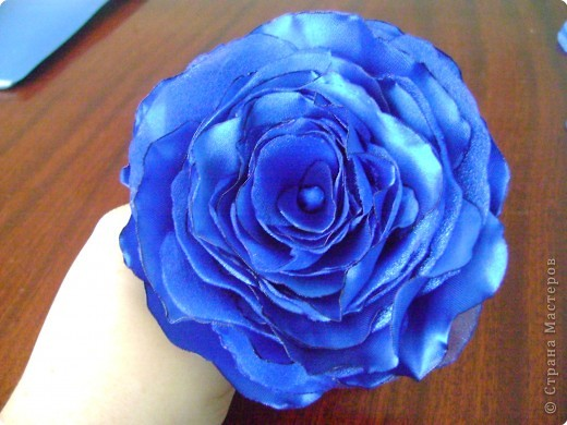 В нашей чудесной стране было много мастер-классов по изготовлению розы из разных материалов: бумаги, гофробумаги, салфеток, пластики, фарфора, шелковых лент и т. д. Хочу предложить вам изготовить розу из ткани (такого МК, кажется, еще не было, а если был, то пусть мой МК удалят, чтобы не перегружать сайт). Вот такую розу я делаю буквально за 1 час всего лишь с помощью свечи и иголки с ниткой. фото 1