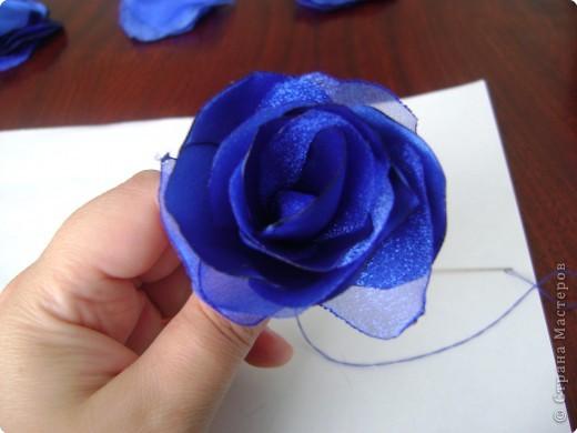 В нашей чудесной стране было много мастер-классов по изготовлению розы из разных материалов: бумаги, гофробумаги, салфеток, пластики, фарфора, шелковых лент и т. д. Хочу предложить вам изготовить розу из ткани (такого МК, кажется, еще не было, а если был, то пусть мой МК удалят, чтобы не перегружать сайт). Вот такую розу я делаю буквально за 1 час всего лишь с помощью свечи и иголки с ниткой. фото 10