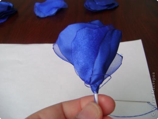 В нашей чудесной стране было много мастер-классов по изготовлению розы из разных материалов: бумаги, гофробумаги, салфеток, пластики, фарфора, шелковых лент и т. д. Хочу предложить вам изготовить розу из ткани (такого МК, кажется, еще не было, а если был, то пусть мой МК удалят, чтобы не перегружать сайт). Вот такую розу я делаю буквально за 1 час всего лишь с помощью свечи и иголки с ниткой. фото 9