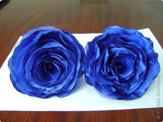 В нашей чудесной стране было много мастер-классов по изготовлению розы из разных материалов: бумаги, гофробумаги, салфеток, пластики, фарфора, шелковых лент и т. д. Хочу предложить вам изготовить розу из ткани (такого МК, кажется, еще не было, а если был, то пусть мой МК удалят, чтобы не перегружать сайт). Вот такую розу я делаю буквально за 1 час всего лишь с помощью свечи и иголки с ниткой. фото 12