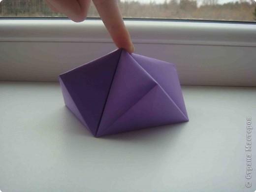 Научилась сама и научила других делать вот такие маленькие коробочки. Внутри очень мало места. Но можно коробочек сделать много и будет много сюрпризов! Можно попробовать их соединять вместе. фото 9
