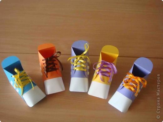 Никого не удивлю этими коробочками, потому что делала по схеме из интернета http://www.babylessons.ru/korobochka-iz-bumagi-krossovki/.  Результатом осталась довольна. фото 2