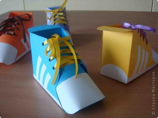 Никого не удивлю этими коробочками, потому что делала по схеме из интернета http://www.babylessons.ru/korobochka-iz-bumagi-krossovki/.  Результатом осталась довольна. фото 1