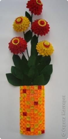 Картина панно рисунок Квиллинг Цинии в вазе Бумага гофрированная Бумажные полосы Проволока фото 1