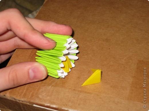 Для того, чтобы сделать такой лимон, нам понадобится следующее: 16 жёлтых треугольников, 16 белых и 64 зелёных. Ну и естественно, желание. фото 13
