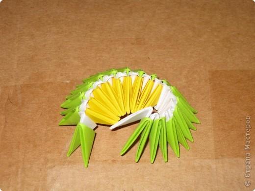 Для того, чтобы сделать такой лимон, нам понадобится следующее: 16 жёлтых треугольников, 16 белых и 64 зелёных. Ну и естественно, желание. фото 14