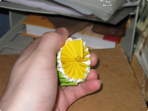 Для того, чтобы сделать такой лимон, нам понадобится следующее: 16 жёлтых треугольников, 16 белых и 64 зелёных. Ну и естественно, желание. фото 15