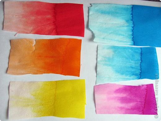 Пока экспериментировала с гофрированной бумагой, Маша листала свою книжку. В. Сутеева « Кто сказал – МЯУ»  и вспомнилась сказка «Петух и Краски» и пошла работа. фото 9