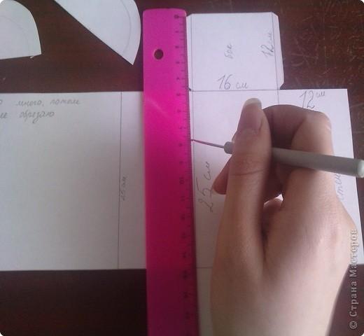нужно: 2 ватмана форматом А1, офисная белая и розовая бумага, клей ПВА и карандаш, ножницы, циркуль. фото 5