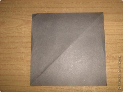 """В одном из журналов """"Ребенок в детском саду""""  я увидела очень простое по исполнению изготовление птицы-грача в технике оригами.Со снегирями простились,пора приветствовать грачей.Итак,берем квадратный лист черного цвета. фото 1"""