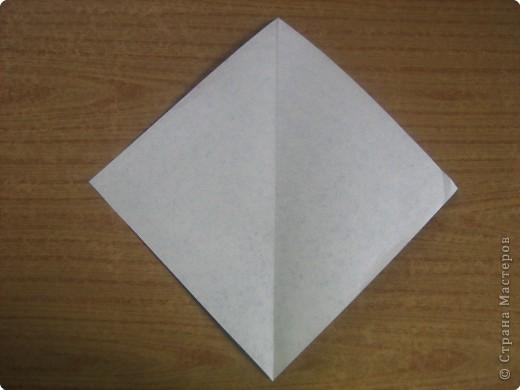 """В одном из журналов """"Ребенок в детском саду""""  я увидела очень простое по исполнению изготовление птицы-грача в технике оригами.Со снегирями простились,пора приветствовать грачей.Итак,берем квадратный лист черного цвета. фото 2"""