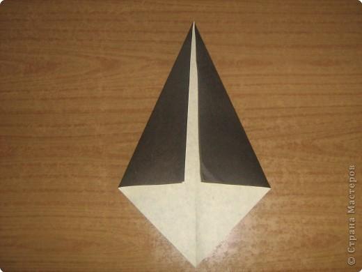 """В одном из журналов """"Ребенок в детском саду""""  я увидела очень простое по исполнению изготовление птицы-грача в технике оригами.Со снегирями простились,пора приветствовать грачей.Итак,берем квадратный лист черного цвета. фото 3"""