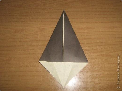 """В одном из журналов """"Ребенок в детском саду""""  я увидела очень простое по исполнению изготовление птицы-грача в технике оригами.Со снегирями простились,пора приветствовать грачей.Итак,берем квадратный лист черного цвета. фото 5"""