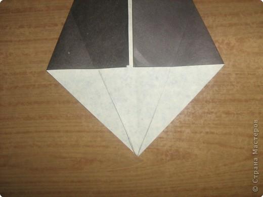 """В одном из журналов """"Ребенок в детском саду""""  я увидела очень простое по исполнению изготовление птицы-грача в технике оригами.Со снегирями простились,пора приветствовать грачей.Итак,берем квадратный лист черного цвета. фото 6"""