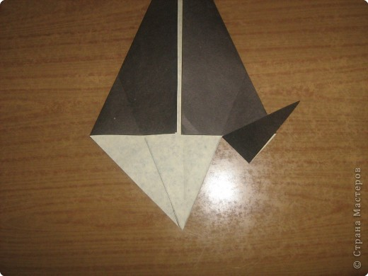 """В одном из журналов """"Ребенок в детском саду""""  я увидела очень простое по исполнению изготовление птицы-грача в технике оригами.Со снегирями простились,пора приветствовать грачей.Итак,берем квадратный лист черного цвета. фото 7"""