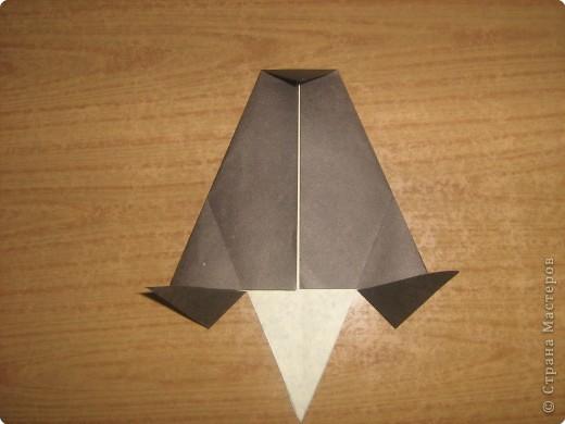 """В одном из журналов """"Ребенок в детском саду""""  я увидела очень простое по исполнению изготовление птицы-грача в технике оригами.Со снегирями простились,пора приветствовать грачей.Итак,берем квадратный лист черного цвета. фото 8"""