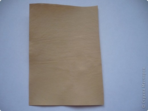 """Хочу сделать подруге на День рождения открытку с использованием состаренной бумаги. Порыскала в Интернете и сегодня попробовала """"попортить"""" бумагу с помощью чая. Ссылку не оставляю, так как насобирала всего по крупицам отовсюду, далее есть ссылки на открытки, в некоторых есть способы старить бумагу.  На 300 мл воды взяла где-то 3 ч.л. чая, заварила, процедила и опустила туда бумагу.  Использовала три вида - обычную офисную, акварельную и чертежную. Держала бумагу примерно 10 минут.  Затем выкладывала на чистые листы белой бумаги и немного сушила между ними. Затем два варианта: либо сушить под прессом (иначе покоробится), либо сушить утюгом. Я проглаживала утюгом прямо через белые листы, между которыми сушила.  Для сравнения фотографировала на том фоне, над которым экспериментировала. Вот что получилось... Это офисная бумага. Получилась на самом деле, как старая, только из-за того, что тонкая, все равно немного по краям ее покоробило. фото 1"""