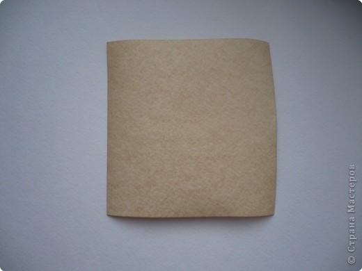 """Хочу сделать подруге на День рождения открытку с использованием состаренной бумаги. Порыскала в Интернете и сегодня попробовала """"попортить"""" бумагу с помощью чая. Ссылку не оставляю, так как насобирала всего по крупицам отовсюду, далее есть ссылки на открытки, в некоторых есть способы старить бумагу.  На 300 мл воды взяла где-то 3 ч.л. чая, заварила, процедила и опустила туда бумагу.  Использовала три вида - обычную офисную, акварельную и чертежную. Держала бумагу примерно 10 минут.  Затем выкладывала на чистые листы белой бумаги и немного сушила между ними. Затем два варианта: либо сушить под прессом (иначе покоробится), либо сушить утюгом. Я проглаживала утюгом прямо через белые листы, между которыми сушила.  Для сравнения фотографировала на том фоне, над которым экспериментировала. Вот что получилось... Это офисная бумага. Получилась на самом деле, как старая, только из-за того, что тонкая, все равно немного по краям ее покоробило. фото 2"""