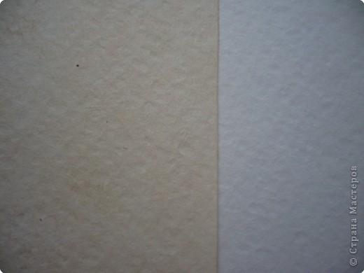 """Хочу сделать подруге на День рождения открытку с использованием состаренной бумаги. Порыскала в Интернете и сегодня попробовала """"попортить"""" бумагу с помощью чая. Ссылку не оставляю, так как насобирала всего по крупицам отовсюду, далее есть ссылки на открытки, в некоторых есть способы старить бумагу.  На 300 мл воды взяла где-то 3 ч.л. чая, заварила, процедила и опустила туда бумагу.  Использовала три вида - обычную офисную, акварельную и чертежную. Держала бумагу примерно 10 минут.  Затем выкладывала на чистые листы белой бумаги и немного сушила между ними. Затем два варианта: либо сушить под прессом (иначе покоробится), либо сушить утюгом. Я проглаживала утюгом прямо через белые листы, между которыми сушила.  Для сравнения фотографировала на том фоне, над которым экспериментировала. Вот что получилось... Это офисная бумага. Получилась на самом деле, как старая, только из-за того, что тонкая, все равно немного по краям ее покоробило. фото 5"""