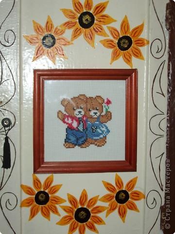 Решили украсить щиток в коридоре. Вышивка, цветы я нарисовала, орнамент муж.